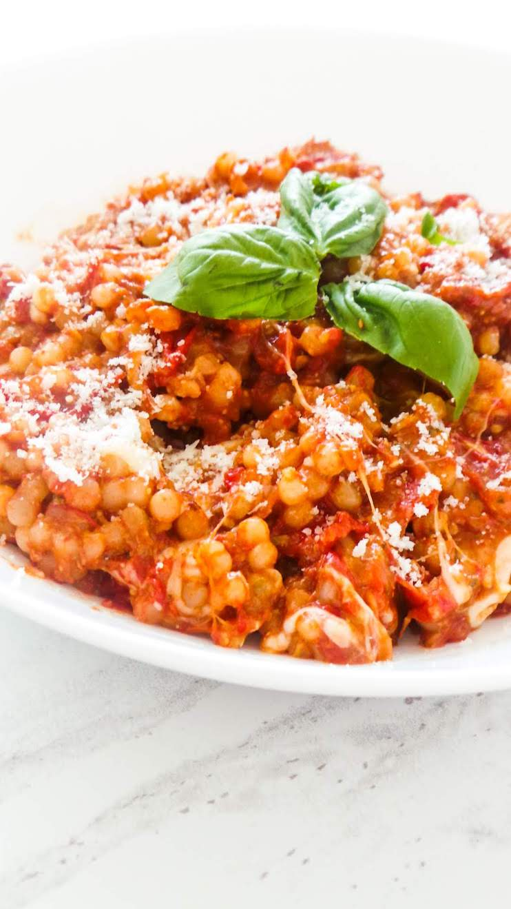 Easy and healthy couscous recipe with garlic, tomatoes and basil! You only need 6 ingredients and one pan to make this healthy pasta dish, super easy weeknight dinner!