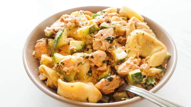 Easy tortellini with salmon and a tasty creamy sauce! Learn how to make the best salmon tortellini with this creamy tortellini recipe. This kinda healthy tortellini recipe is the perfect quick dinner after a busy day!
