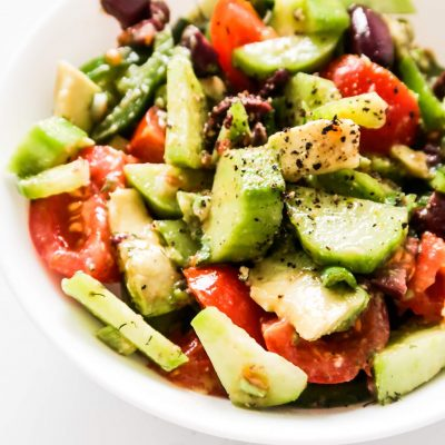 Everyday salad! This simple and easy healthy salad recipe will make you want to eat a salad every day! It takes 5 minutes, is gluten-free, paleo and vegan and will go great as a side dish with dinner or with lunch! #salad #healthy #healthy