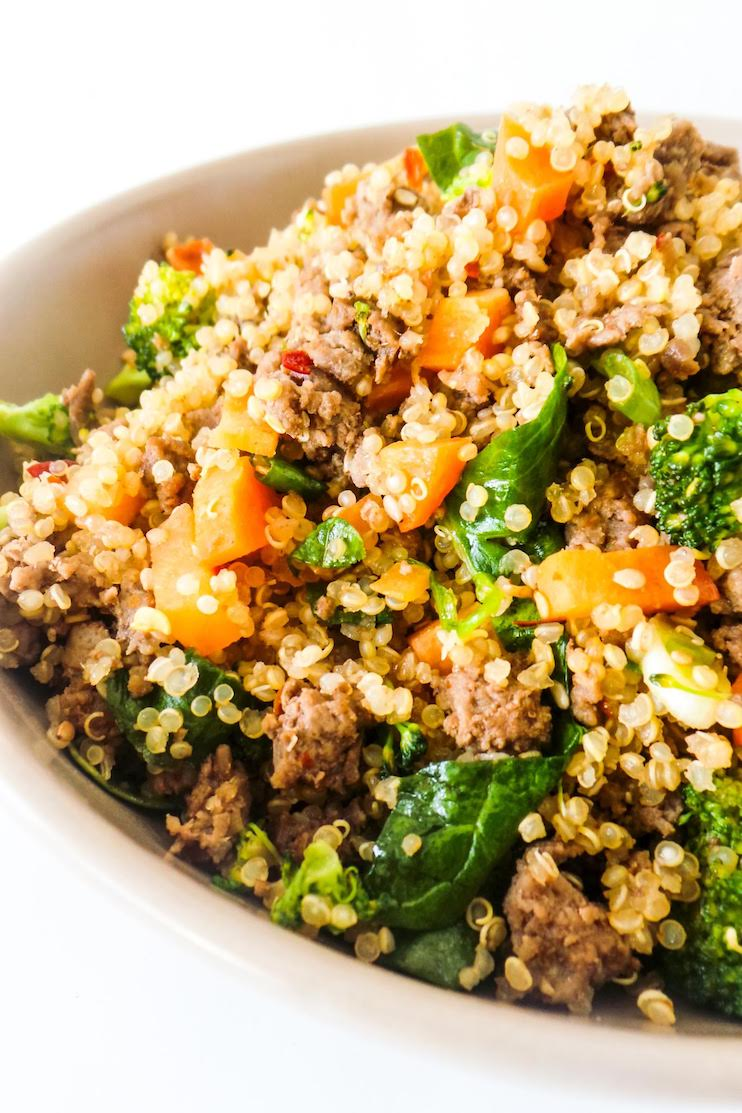 20-Minute healthy ground beef recipe! This easy ground beef and broccoli fried quinoa sounds quite weird, but it's delicious, nutritious and great for a quick weeknight dinner when you don't know what to make with the ground beef you bought. #groundbeef #recipe #healthy #easy #easydinner #healthydinner #dinner