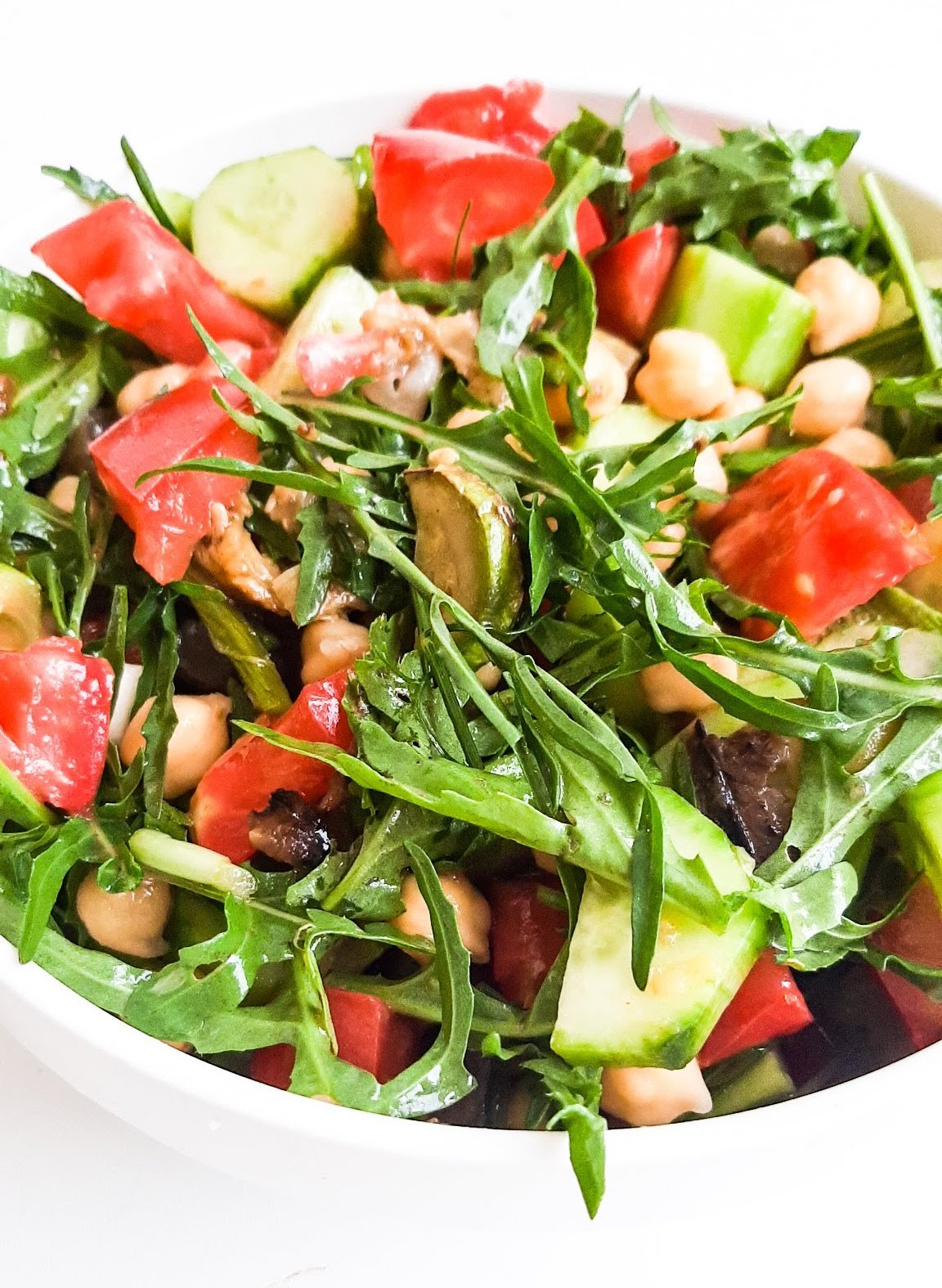 Tomato, arugula chickpea salad is a refreshing and filling healthy salad recipe that is easy, delicious and quick! This lunch salad recipe is also great for a side dish and it's ready in around 10 minutes and requires little preparation.