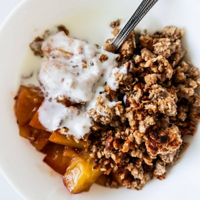 15-Minute Healthy Peach Crumble For Breakfast (Meal Prep Option)