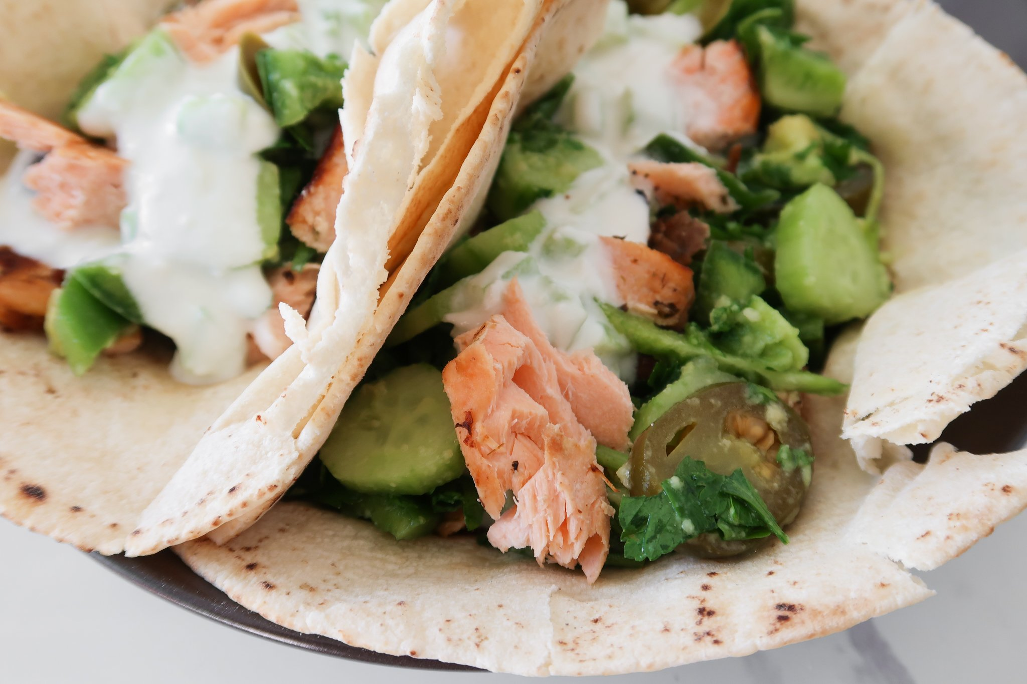 Mediterranean salmon wraps: a 30-minute delicious healthy dinner idea! So easy and quick, this salmon recipe makes 3 servings and is great for meal prep too!90i