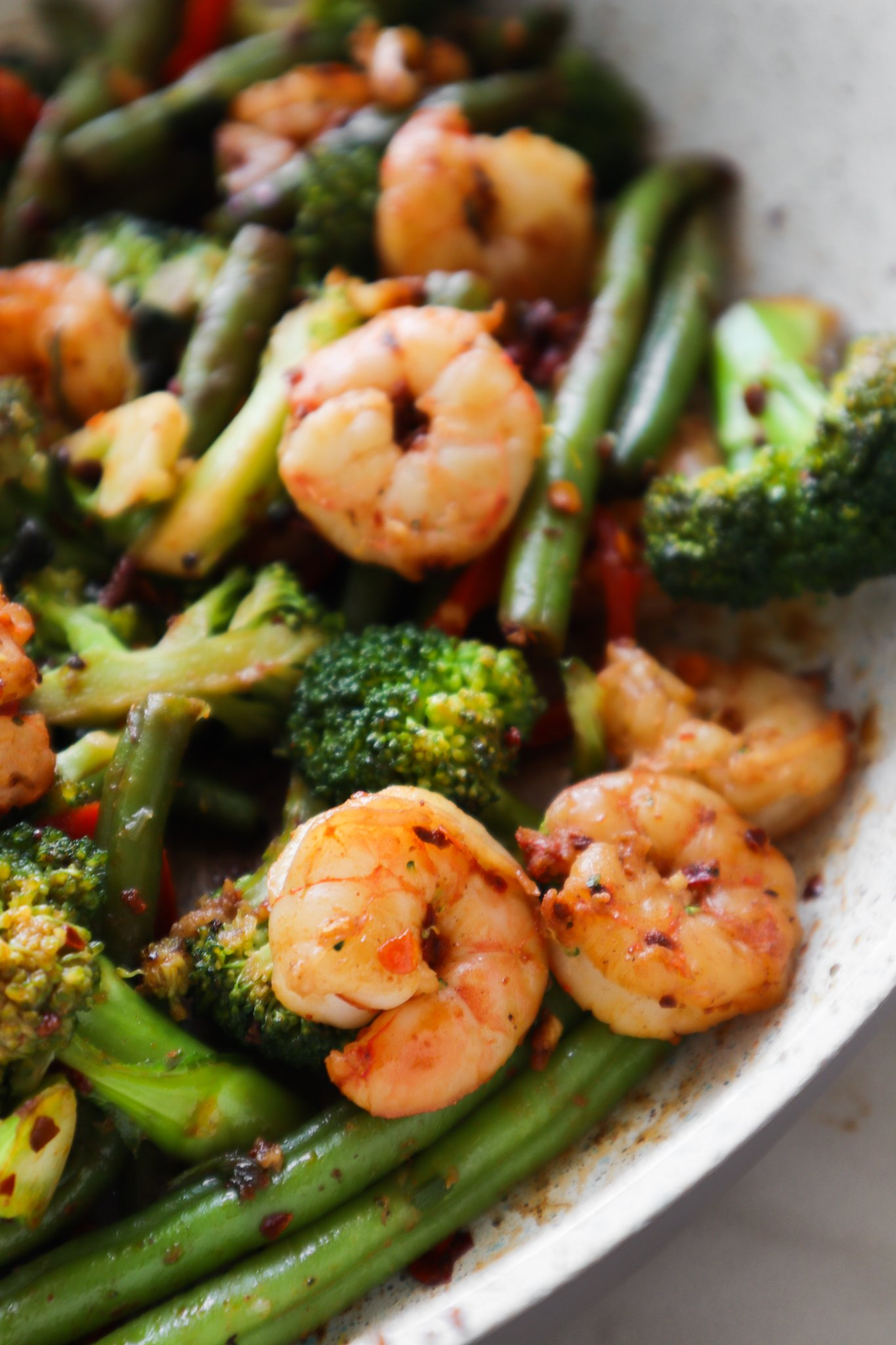 Prepare a healthy dinner in 15 minutes with this easy spicy shrimp and vegetable stir fry recipe! This simple dinner idea is gluten free, dairy free and low in carbs.