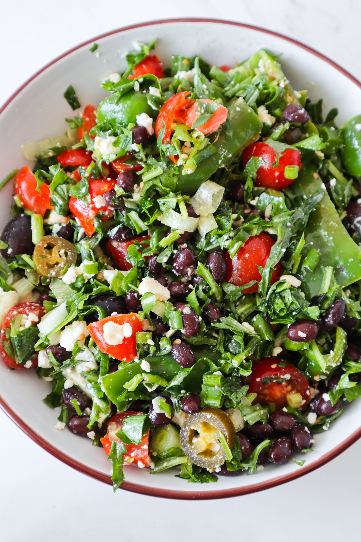 Mediterranean Black bean salad with herbs and feta: the perfect vegetarian side dish recipe to go with lunch or dinner! This easy black bean salad recipe is ready in about 10 minutes!