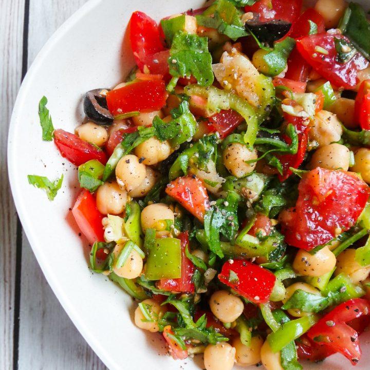 healthy vegetarian salad recipe: chickpea salad with garlic, tomatoes and arugula